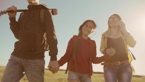 Das glückliche Familienzeitlupevideo, das auf Naturjungenmädchen gehen und die Mutter auf einem Gebiet auf Trekking lösen aus Tou stock video footage