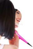 Das glückliche Frauenhandeln bildet unter Verwendung eines Spiegels Stockfotografie