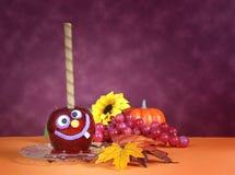 Das glückliche Lächeln verrückt faceHalloween rote Toffeeapfelsüßigkeit Lizenzfreies Stockbild