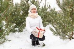 Das glückliche Mädchen hält ein Geschenk Lizenzfreies Stockfoto