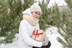 Das glückliche Mädchen hält ein Geschenk Stockfotos