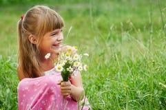 Das glückliche Mädchen im Gras Stockbilder