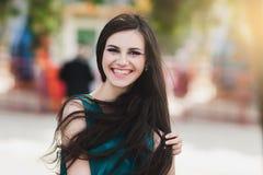 Das glückliche Mädchen mit kreativem Make-up Lizenzfreies Stockfoto