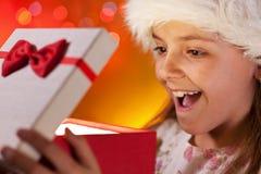 Das glückliches Weihnachtsmädchen, das dem Geschenk wünschte sie erhält - Nahaufnahme an lizenzfreie stockfotos