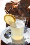 Das Glas des heißen lemonad auf einer Tabelle Stockbilder