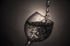 Das Glas des Wassers oder des Weins Stockbild