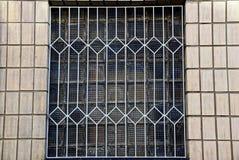 Das Alte Fenster Mit Einem Gitter Und Eine Holzkiste Auf Dem