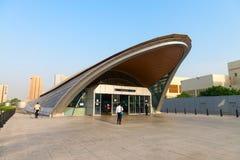 Das glatte, moderne Anreden ist am Eingang bis einen von Dubai offensichtlich lizenzfreies stockbild