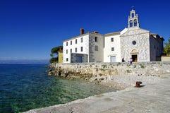 Das Glavotok-Kloster auf Rand der adriatischen Küstenlinie Lizenzfreie Stockbilder