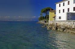 Das Glavotok-Kloster auf Rand der adriatischen Küstenlinie Stockfoto
