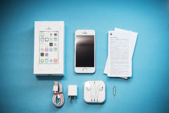 Das Gold-Apple-iPhone 5s auf Hintergrund des blauen Papiers Stockfoto