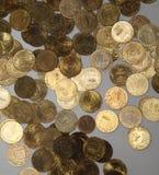Das Gold 10-Rubel-Gedenkmünzen von Russland - die Arme von Städten von Helden Lizenzfreies Stockbild