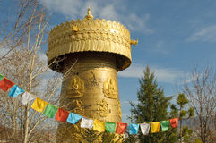 Das größte tibetanische Gebet drehen innen die Welt Stockbilder