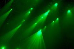 Das grüne Licht von den Scheinwerfern durch den Rauch im Theater während der Leistung Lizenzfreie Stockfotografie