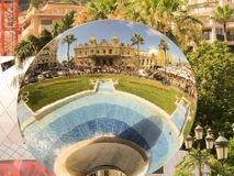 Das großartige Kasino in Monte Carlo Reflexion im runden Spiegel stockbild