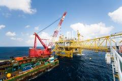 Das große Kranschiff, welches herein die Plattform in Küstennähe, der Kranlastkahn tut schwere Aufzugmarineinstallation installier Stockfotografie