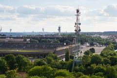 Das große Strahov-Stadion mit dem Telekommunikationsturm gesehen von Petrin-Turm am sonnigen Sommertag in Prag Stockfotografie