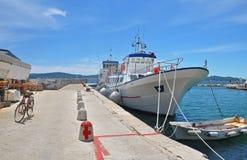 Das große weiße Schiff machte im Jachthafen von Zadar, Kroatien fest Stockfotografie