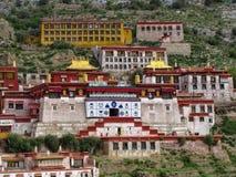 Das große Ganden-Kloster, Tibet, China stockbilder