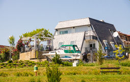 Das Häuschen und ein Boot auf der Ufergegend in Ravda Bulgarien Lizenzfreie Stockbilder