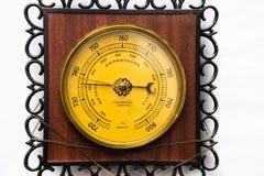 Das hölzerne Barometer der Weinlese lokalisiert auf weißem Hintergrund, Haushaltsbarometer stockfoto