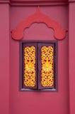 Das hölzerne Fenster in der thailändischen Art des Tempels Lizenzfreies Stockfoto