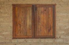 Das hölzerne Fenster eines Lehmhauses Stockbilder
