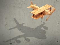 Das hölzerne Flugzeug des Fluges mit dem Schattenflugzeug Stockbilder
