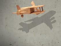 Das hölzerne Flugzeug des Fluges mit dem Schattenflugzeug Lizenzfreies Stockfoto