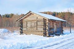 Das hölzerne Haus kostet im Winter nahe Wald   Lizenzfreie Stockfotos