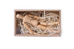 Das hölzerne mannikin, das in geschlossener Pappschachtel liegt, füllte mit hölzernem Fetzen Konzept der Einsamkeit, Isolierung,  stockfotos
