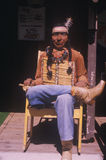 Das hölzerne Schnitzen des amerikanischen Ureinwohners kleidete in den Blue Jeans an ODER Lizenzfreie Stockfotos