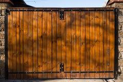 Das hölzerne Tor auf der Straße Stockfotografie