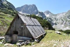 Das hölzerne, traditionell führt Gebirgshütte lizenzfreie stockfotos