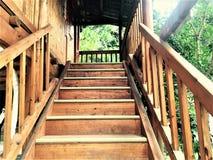 Das hölzerne Treppenhaus völlig eigenhändig gemacht von den chinesischen Minderheiten lizenzfreie stockbilder