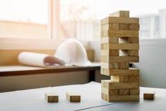das hölzerne Turmspiel der Blöcke mit Architekturingenieurplänen oder Stockbilder