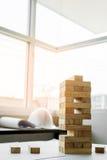 das hölzerne Turmspiel der Blöcke mit Architekturingenieurplänen oder Lizenzfreies Stockbild
