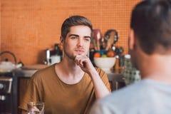 Das Hören ist ein wichtiger Teil jedes Verhältnisses lizenzfreie stockfotos