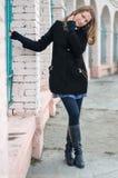 Das hübsche Mädchen in einem Mantel. lizenzfreie stockfotos