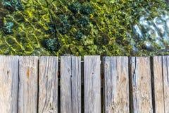 Das h?lzerne Brett, das ?ber Meer leer ist, kann f?r Anzeige verwendet werden oder ein Produkt darstellen Slight Unsch?rfe im Sei stockfotos