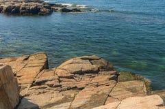 Das haarscharfe Wasser von Nord-Maine Schoodic Bay und Stockbild