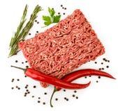 Das Hackfleisch, das mit rotem Pfeffer, schwarzer Pfeffer mit Erbsen und Petersilie und Rosmarin verziert wird, verlässt auf eine stockbilder