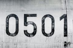 Das hagere alte Schreiben liest null fünfhundert ein, das auf den Rumpf der alten Fläche geschrieben wird Lizenzfreies Stockbild