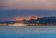 Das Hagia Sophia und Suleymaniye-Moschee am blauen Abend mit Schiff verfolgen lizenzfreie stockfotos