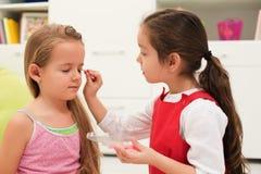 Das Handeln der kleinen Mädchen bildet Lizenzfreies Stockfoto