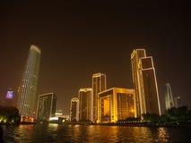 Das Handelsgebäude und das Ferris von Tianjin-Auge Reise herein Lizenzfreie Stockfotos