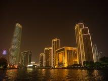 Das Handelsgebäude und das Ferris von Tianjin-Auge Reise herein Lizenzfreies Stockfoto