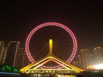 Das Handelsgebäude und das Ferris von Tianjin-Auge Reise herein Stockbild