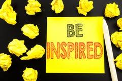 Das handgeschriebene Textdarstellen wird angespornt Geschäftskonzeptschreiben für Inspiration und Motivation geschrieben auf kleb lizenzfreies stockfoto