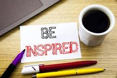 Das handgeschriebene Texttiteldarstellen wird angespornt Geschäftskonzeptschreiben für Inspiration und die Motivation, die auf No lizenzfreie stockfotos